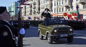 Russisk sjef hilser fra bil i parade på seierens dag i Murmansk. Seierens dag markerer slutten på den store Fedrelandskrigen, andre verdenskrig