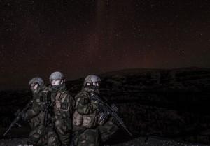 Soldater fra innsatsstyrke Ida & Lyra (HV-17) holder utkikk fra en topp under øvelse Joint Viking 2015 en skyfri, stjerneklar natt / Soldiers from QRF Ida & Lyra (home guard district 17).