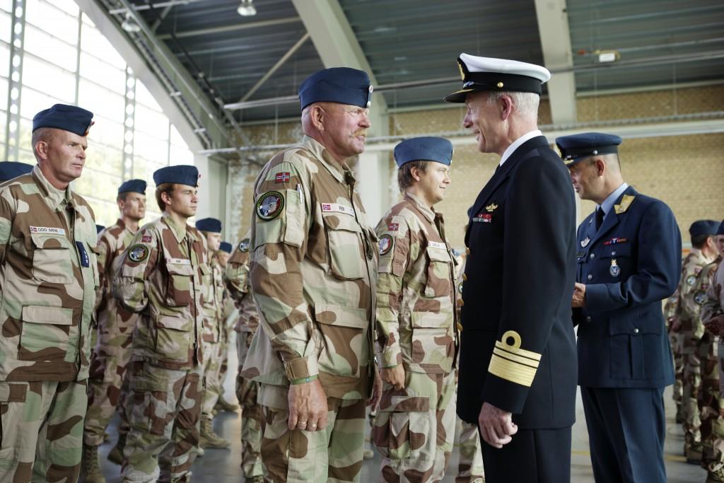 VEIEN VIDERE: Forsvarssjef Haakon Bruun-Hanssen har utarbeidet sine forslag til utvikling av Luftforsvaret. Som daværende sjef FOH takket han i august 2011 personlig Luftforsvarets personell etter innsats i luftoperasjonene i Libya. Foto: TORGEIR HAUGAARD/FORSVARET