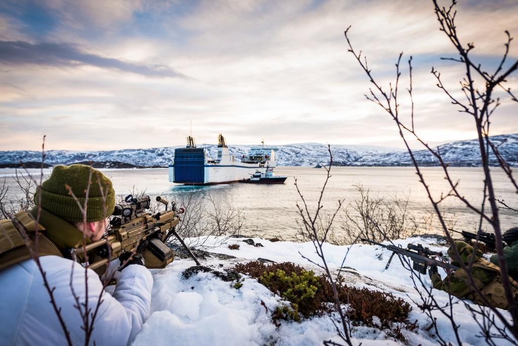 SAMARBEID: Heimevernets Innsatsstyrker Anklet fra HV-16 og Ida og Lyra fra HV-17 bedriver styrkebeskyttelse av lasteskipet MS Stena Forecaster, som frakter Brigade Nords materiell nordover til Finnmark, under øvelse Joint Viking i mars 2015. Foto: OLE SVERRE HAUGLI/HÆREN