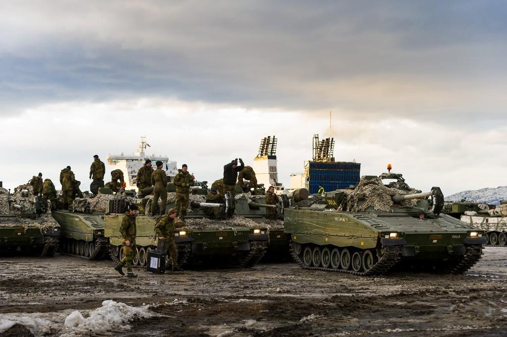 Stormpanservogner av typen CV9030N fra Panserbataljonen forbereder seg på å kjøre ombord i et lasteskip som skal forflytte dem fra Finnmark tilbake til Indre Troms, i forbindelse med øvelse Joint Viking i mars 2015. Foto: OLE SVERRE HAUGLI/HÆREN