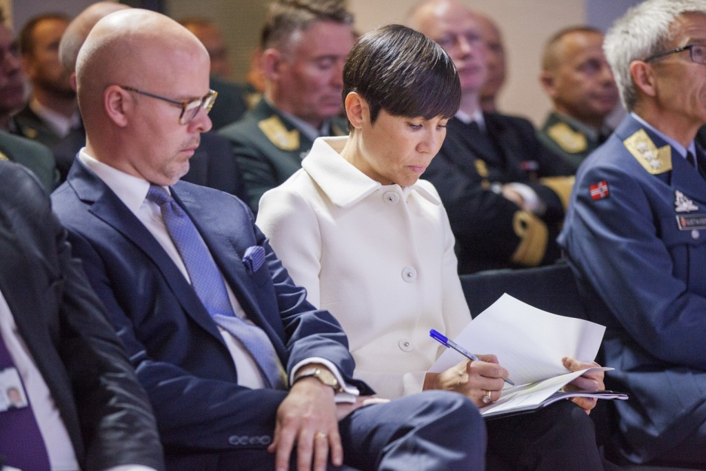 FAGMILITÆRT RÅD: Forsvarssjef Haakon Bruun-Hanssen overleverte i dag sitt fagmilitære råd til forsvarsminister Ine Eriksen Søreide. Foto: FREDRIK NAUMANN