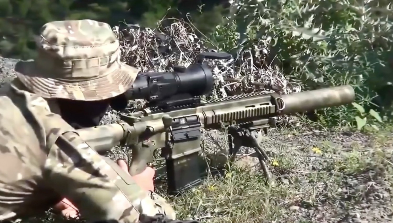 TYSKE VÅPEN? Russiske Spetsnaz-styrker har begynt å bruke det som likner sterkt på Heckler & Kock automatkarabin 417. Ved å bruke det tyskproduserte våpenet blir russiske soldater vanskeligere å skille fra norske og NATO-soldater.