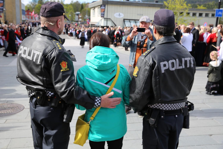 MIDLERTIDIG BEVÆPNING: På grunn av forhøyet trusselnivå har norsk politi vært midlertidig bevæpnet siden oktober i fjor. Her bevæpnet politi under 17. mai-feiringen i år. Foto: KJETIL STORMARK
