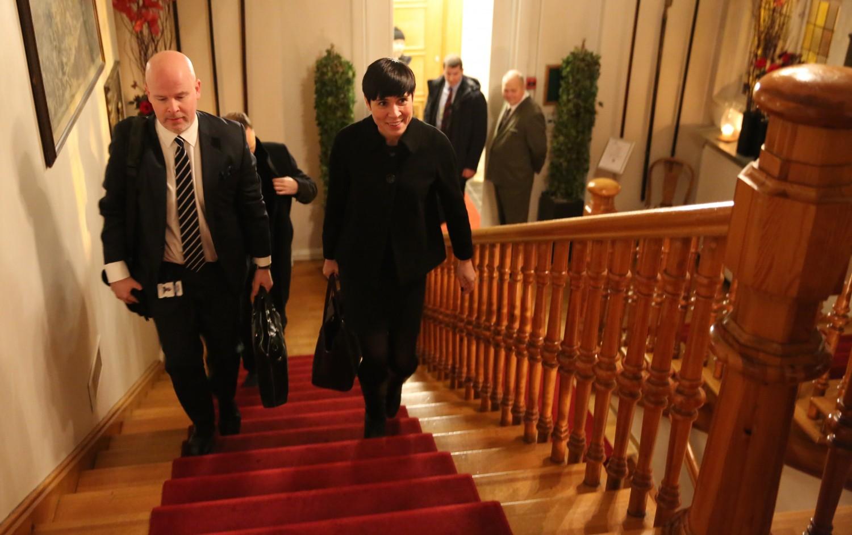 Forsvarsminister Ine Eriksen Søreide, flankert av politisk rådgiver Audun Halvorsen (t.v.), på vei inn i Oslo Militære Samfund mandag denne uken, for å høre  forsvarssjefens tale. Foto: KJETIL STORMARK