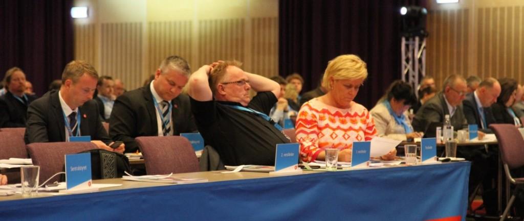 FØR TALEN: Frp-leder Siv Jensen, flankert av nestleder Per Sandberg, før talen på landsmøtet til Frp lørdag. Foto: FRP