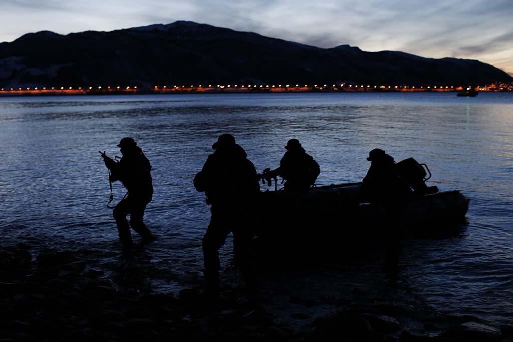 MOBILE: Her inntar operatører fra Kystjegerkommandoen land fra en gummibåt under vinterøvelsen Cold Response 2014. Foto: TORBJØRN KJOSVOLD/FORSVARETS MEDIESENTER