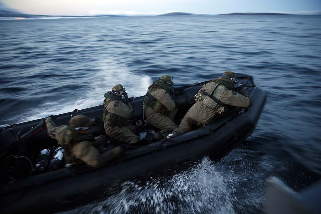 KRIGSERFARING: Kystjegerkommandoen (KJK) har erfaring fra krig i Afghanistan. Her er operatører fra KJK i gummibåt under en innsettingsfase på vinterøvelsen Cold Response 2014. Foto: TORBJØRN KJOSVOLD/FORSVARET