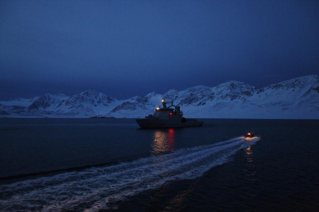 Kystvaktskipet KV Svalbard W303 i Recherchefjorden utenfor Svalbard vinterstid. Foto: TORBJØRN KJOSVOLD/FORSVARET