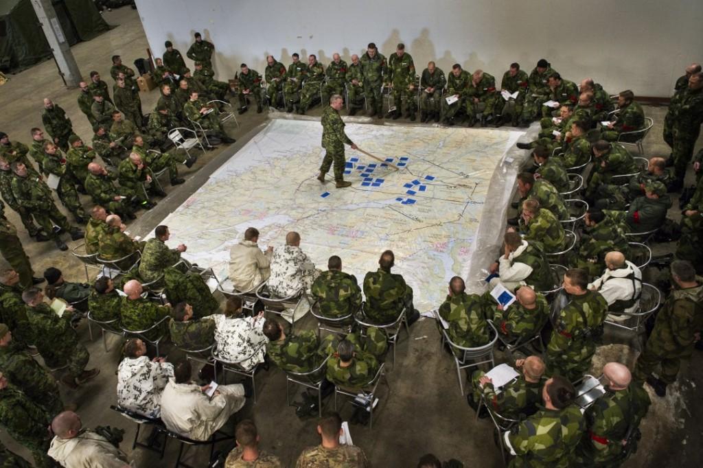 STRIDSPLANER: Sjefen for Sveriges tredje brigade, Lars Karlsson, gjennomgår stridsplanene for Sveriges deltakelse på Cold Response 2016. Foto: ANNA NOREN/FORSVARSMAKTEN