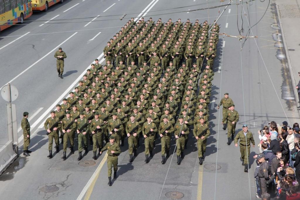 9. MAI: Hvert år feirer russerne «Seiersdagen» 9. mai for å hedre veteraner fra 2. verdenskrig – eller Den store fedrelandskrigen, som russerne kaller den. Da viser de også fram det de har av militært utstyr og materiell samt at vernepliktige får marsjere i sentrum av Moskvas gater til stor jubel fra frammøtte tilskuere. Foto: RUNE S. ALEXANDERSEN