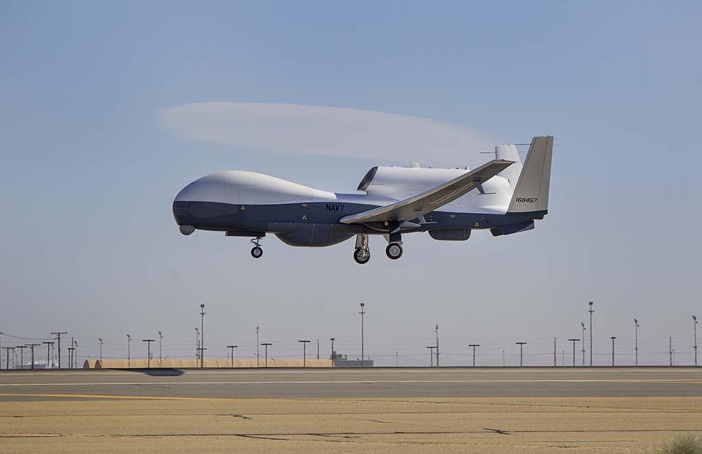 TRITON: Her testes det ubemannede flyet Triton – eller MQ-4C – ved Northrop Grummans fabrikk i Palmdale, California den 22. mars 2013. Triton er designet for å fly overvåkingstokt opptil 24 timer i strekk og kan dekke et område på 2 000 nautiske mil fra land. Sensorene kan oppdage og automatisk klassifisere forskjellige typer fartøy. Foto: ALEX EVERS/U.S. NAVY/NORTHROP GRUMMAN/WIKIPEDIA COMMONS