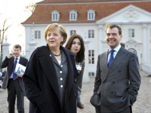 INGEN KOMITÉ: Tysklands forbundskansler Angela Merkel og Russlands statsminister Dmitrij Medvedjev (daværende president) i Meseberg i mars 2009. Medvedjev trekker fram møtet som et eksempel på samarbeidsplaner som gikk i vasken. Foto: BUNDESKANZLERIN/REGIERUNGONLINE/KÜHLER
