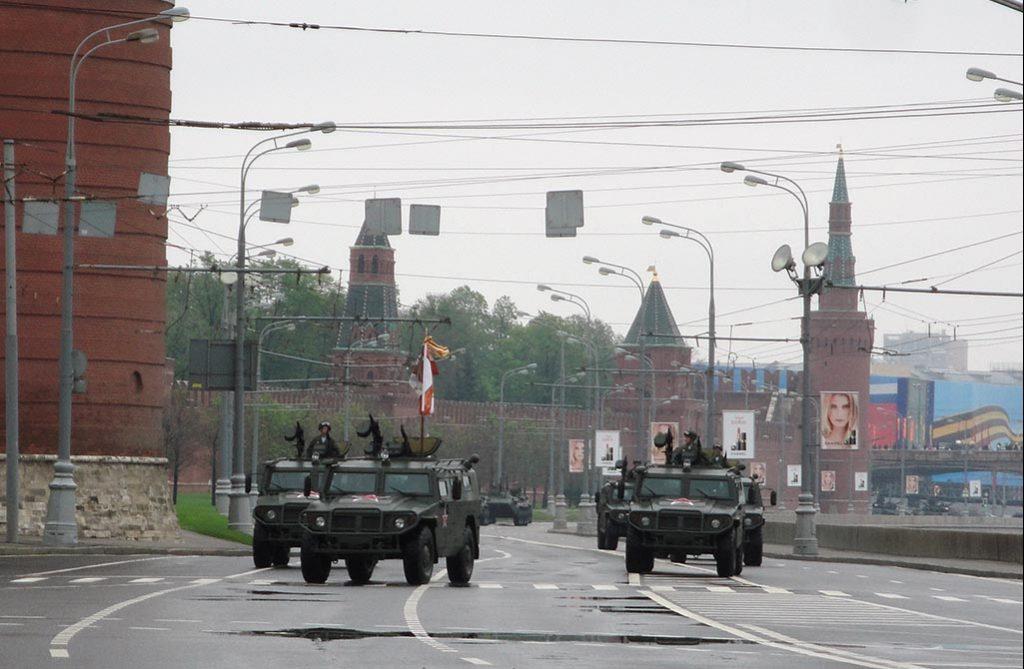 MOSKVA: Russiske militærkjøretøy under paraden på «Seierens dag» 9. mai 2012. Foto: RUNE S. ALEXANDERSEN