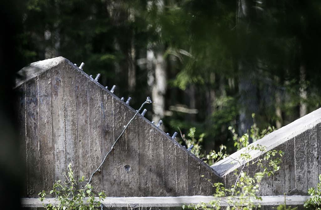 SABOTASJE? Den 332 meter høye TV- og radiomasten Häglaredsmasten i Borås knakk og falt sammen seint på kvelden søndag 15. mai 2016. Bildet viser betongfundamentet til masten, der bolter er løsnet. Svensk politi mistenker sabotasje. Foto: Adam Ihse / TT / NTB Scanpix