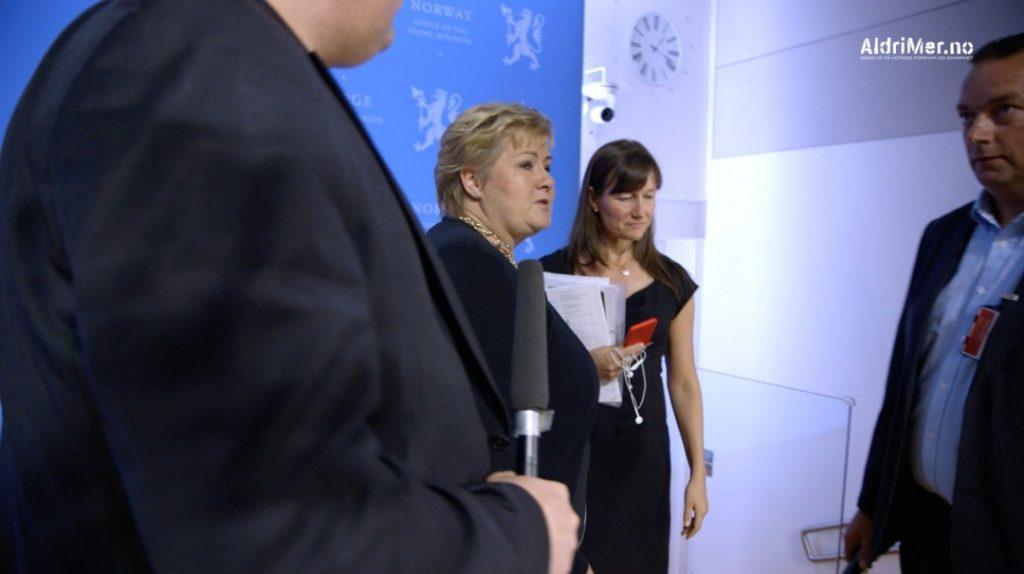 AVBRØT: Da aldrimer.no forsøkte å spørre statsminister Erna Solberg om kritikken mot henne ble intervjuet raskt avbrutt av kommunikasjonssjef Trude Måseide. Foto: ALDRIMER.NO