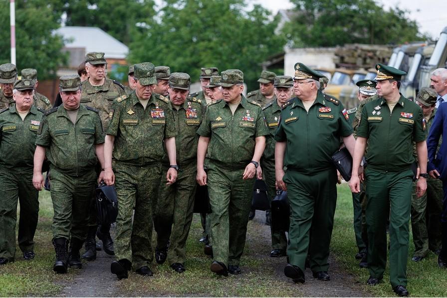 INSPEKSJON: Forsvarsminister Sergej Sjojgun i vandrende samtale med offiserer i Krasnodar kraj i Russlands sørlige militære divisjon den 17. juni. Foto: VADIM GRISJANKIN/DET RUSSISKE FORSVARSMINISTERIET/MIL.RU