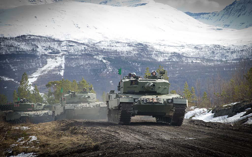 LEOPARD 2: Her kjører en panservogn av typen Leopard 2A4 fra Panserbataljonen i et skytefelt i Troms. Foto: OLE-SVERRE HAUGLI/FORSVARET