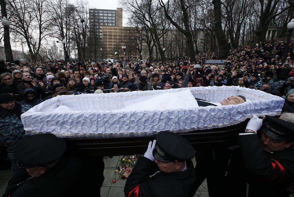 BEGRAVELSEN: Opposisjonslederen Boris Nemtsov bæres i åpen kiste foran begravelsen i Moskva 3. mars 2015. Foto: MAXIM ZMEJEV/REUTERS/NTB SCANPIX