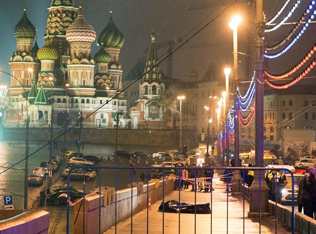MYRDET I MOSKVA: Russlands mektigste opposisjonspolitiker, Boris Nemtsov, ble myrdet på åpen gate i Moskva om kvelden den 27. februar 2015. Foto: DMITRIJ SERERJAKOV/AFP/NTB SCANPIX