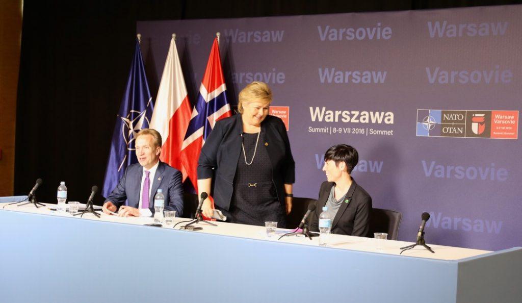 SVARTE IKKE DIREKTE: Da statsminister Erna Solberg fikk spørsmål om nordmenn kan stole på at landets sikkerhet er ivaretatt av NATO, svarte hun unnvikende. Her forlater hun pressekonferansen for å rekke et nytt politisk møte. Foto: KJETIL STORMARK/ALDRIMER.NO