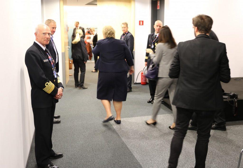 Forsvarssjef Haakon Bruun-Hanssen (t.v.) var tilstede da statsminister Erna Solberg møtte norske medier under NATO-toppmøtet i Warsawa fredag. Her forlater Solberg pressekonferansen. Foto: KJETIL STORMARK/ALDRIMER.NO
