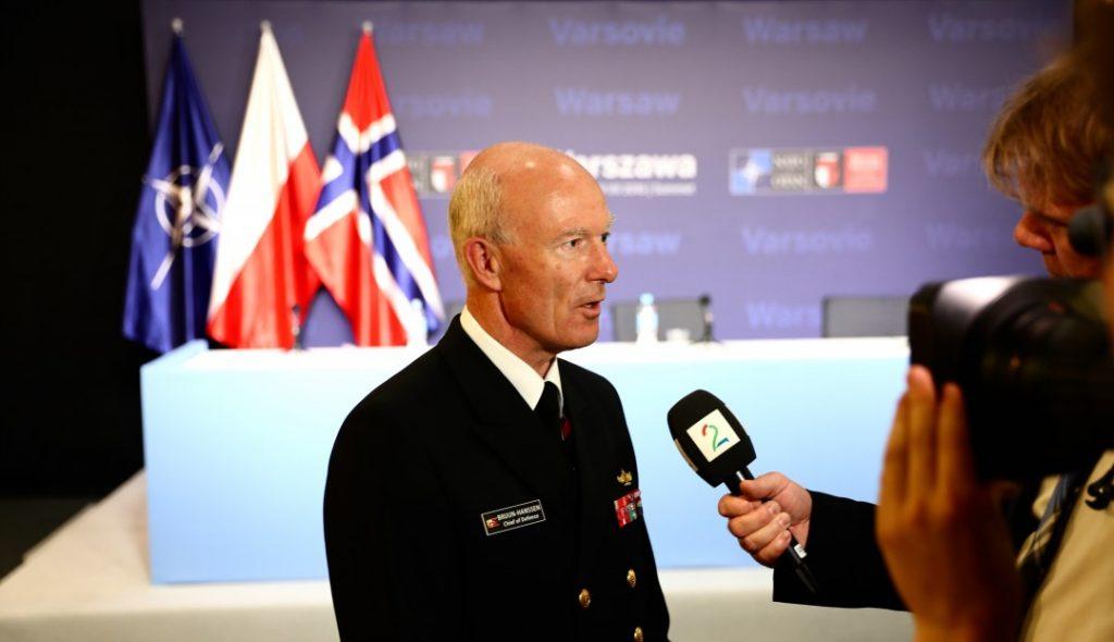 IKKE NOE PROBLEM: Forsvarssjef Haakon Bruun-Hanssen mener det ikke er noe problem for Hæren å levere på det nye internasjonale oppdraget. Her avbildet under NATO-toppmøtet i Polen fredag. Foto: KJETIL STORMARK/ALDRIMER.NO