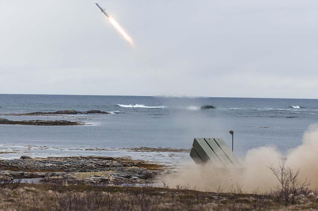 LUFTVERN: Bildet viser luftvernsystemet NASAMS II som skyter på en drone med skarpe missiler under øvelse Sølvpil på Nordmela skytefelt på Andøya. Foto: TORBJØRN KJOSVOLD/FORSVARETS MEDIESENTER