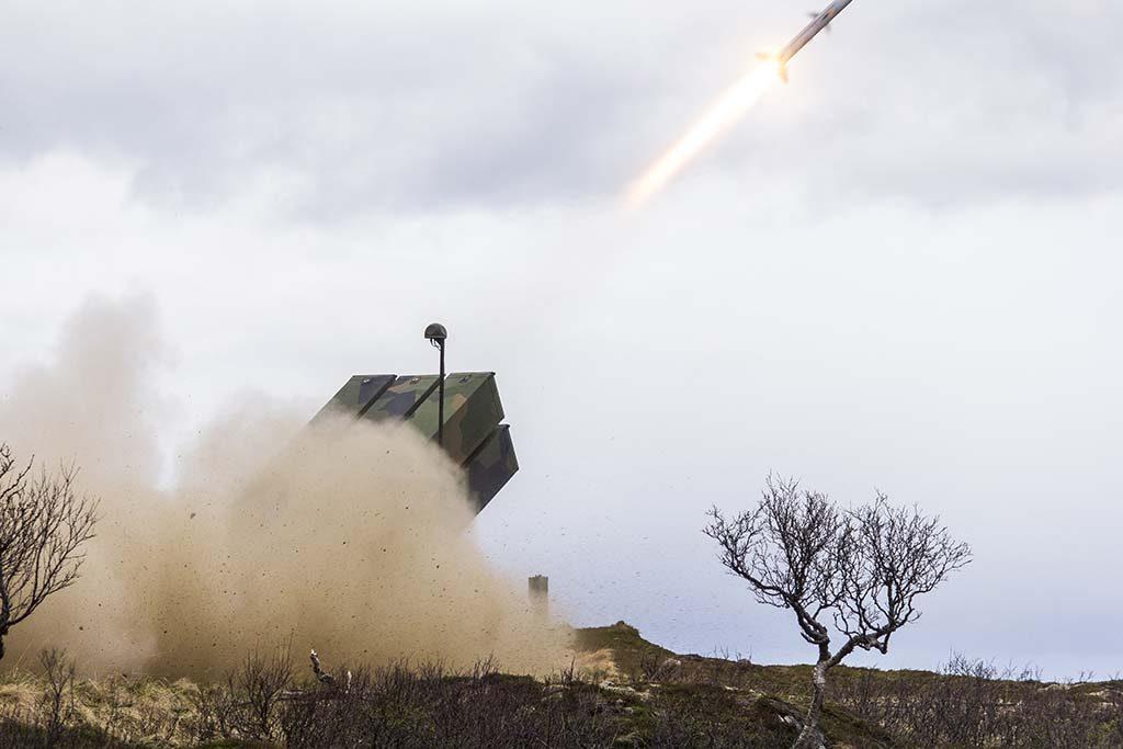 NASAMS II: Her skyter luftvernsystemet NASAMS II på en drone med skarpe missiler under øvelse Sølvpil på Nordmela skytefelt på Andøya i mai 2016. Foto: MARTIN MELLQUIST/FORSVARETS MEDIESENTER