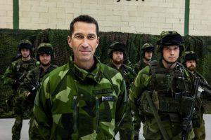 BEORDRER STYRKER TIL GOTLAND: Øverstkommanderende Micael Bydén i den svenske Försvarsmakten. Her oppstilt foran soldater ved K 3 i Karlsborg. Foto: RONNIE HAMMAR / FÖRSVARSMAKTEN