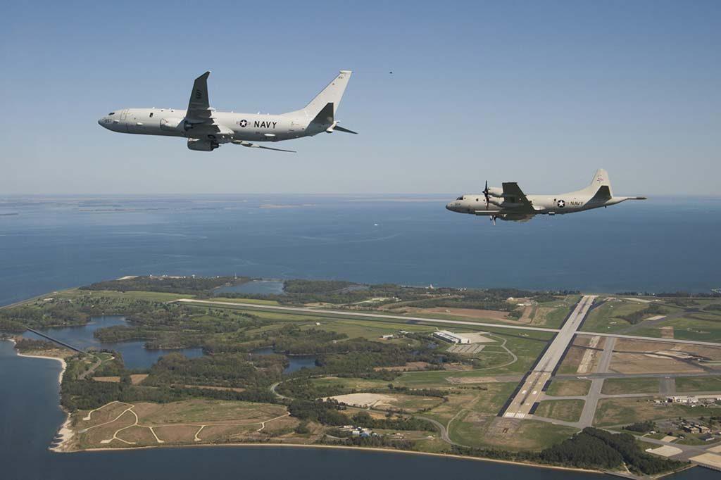 OVERVÅKINGSFLY: Når P-3 Orion-flyene (t.h.) fases ut i perioden 2020–2023, foreslår regjeringen at Evenes skal bli ny base for Norges nye overvåkingsfly av ukjent merke. Det er lavest odds på at Norge fortsetter med Boeing-serien, denne gangen P-8 Poseidon (t.v.). Foto: US NAVY / LIZ GOETTEE/WIKIPEDIA COMMONS