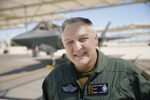 POSITIV TIL EVENES: Generalinspektøren for Luftforsvaret, Per-Egil Rygg. Her står han foran et F-35 jagerfly ved Luke Air Force Base utenfor Phoenix i Arizona. Foto: TORGEIR HAUGAARD/FORSVARETS MEDIESENTER