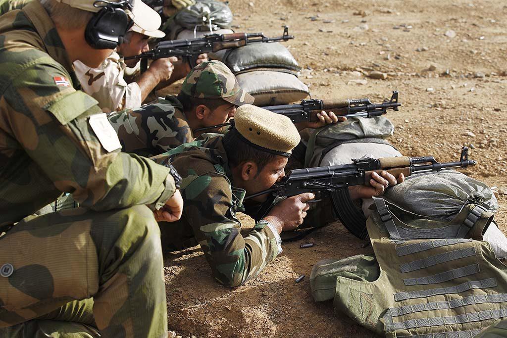 TRENER OPP PESHMERGA: Soldater fra Telemarkbataljonen trener opp Peshmerga-soldater i grunnleggende soldatferdigheter som skyting, sanitet, EOD, og enkle stridsteknikker i en treningsleir ved Erbil i Nord-Irak (Kurdistan). Foto: TORBJØRN KJOSVOLD/FORSVARETS MEDIESENTER