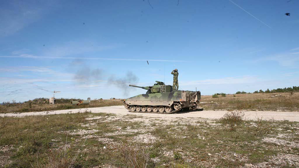 PANSERPLANER: En stridsvogn 90 øver på Gotland. Det mekaniserte kompaniet i den 18. stridsgruppen på Gotland skal nå være klart fra midten av 2017, et halvår tidligere enn planlagt. Foto: FÖRSVARSMAKTEN