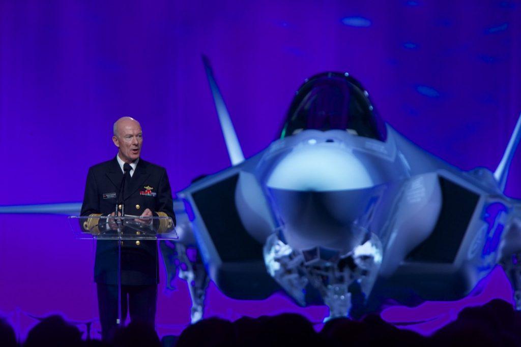 PRESTISJEPROSJEKT: Forsvarssjef Haakon Bruun-Hanssen taler under utrullingen av det første norske F-35 kampflyet på Lockheed Martin-fabrikken i Texas, USA 22. september 2015. Foto
