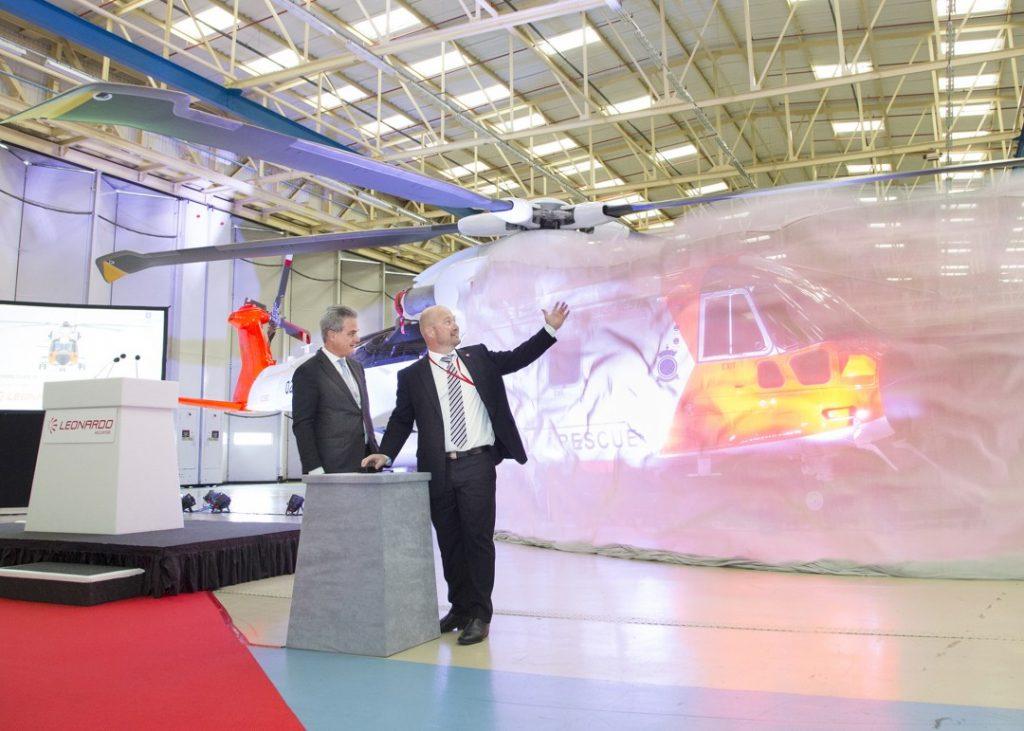 31. mai 2016 ble det første AW101-redningshelikopteret med norske farger avduket på fabrikken i Yeovil, England. Justis- og beredskapsminister Anders Anundsen, var til stede og avduket helikopteret. Foto: RUSSEL GEOFF, LEONARDO HELICOPTERS