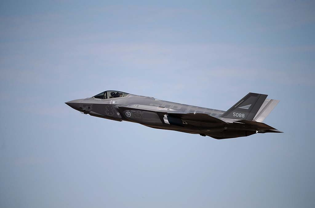 TIL EVENES: Et norsk F-35 jagerfly under take off på Luke Air Force base i USA. Foto: TORBJØRN KJOSVOLD/FORSVARETS MEDIESENTER