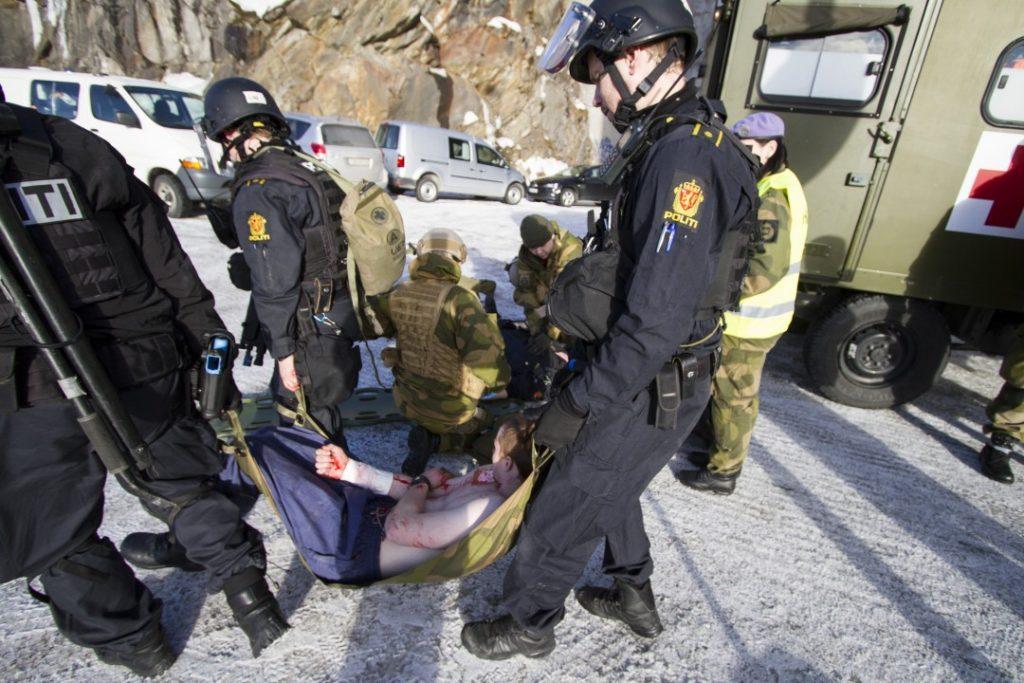 Under øvelse Heimdall, øvet politiet, HV-16 og Narvik kommune i mars 2016 på en hendelse på Narvik rådhus. Foto: MARTE BROHAUG/FORSVARET