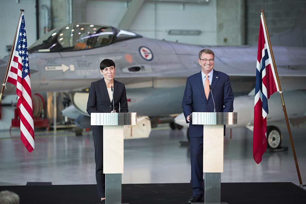 12 NYE KAMPFLY: Regjeringen, her ved forsvarsminister Ine Eriksen Søreide (H), vil bestille 12 nye kampfly i 2017, med levering i 2021–2022. Her med USAs forsvarsminister Ash Carter. Foto: MATS GRIMSÆTH/FORSVARETS MEDIESENTER