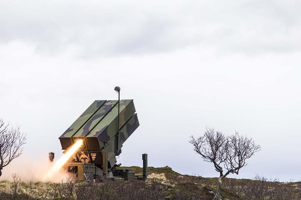 LUFTVERN I AKSJON: Forsvarsdepartementet mener det må bygges opp to luftvernbaser hvis Norge velger en delt løsning mellom Andøya og Evenes. Her er en NASAMS II i aksjon under øvelse Sølvpil på Nordmela skytefelt på Andøya. Foto: MARTIN MELLQUIST/FORSVARETS MEDIESENTER