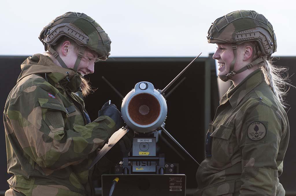 NASAMS: Bildet er fra øvelse Sølvpil på Nordmela skytefelt på Andøya. Her laster luftvernsoldater missilet AMRAAM inn i NASAMS før skarpskyting. Foto: MARTIN MELLQUIST/FORSVARETS MEDIESENTER