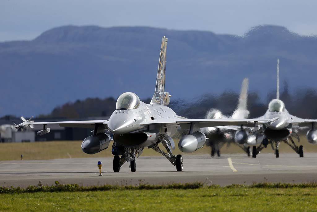 ØRLAND: Her er tre F-16 fra 338 skvadronen på Ørland hovedflystasjon. Foto: TORBJØRN KJOSVOLD/FORSVARETS MEDIESENTER
