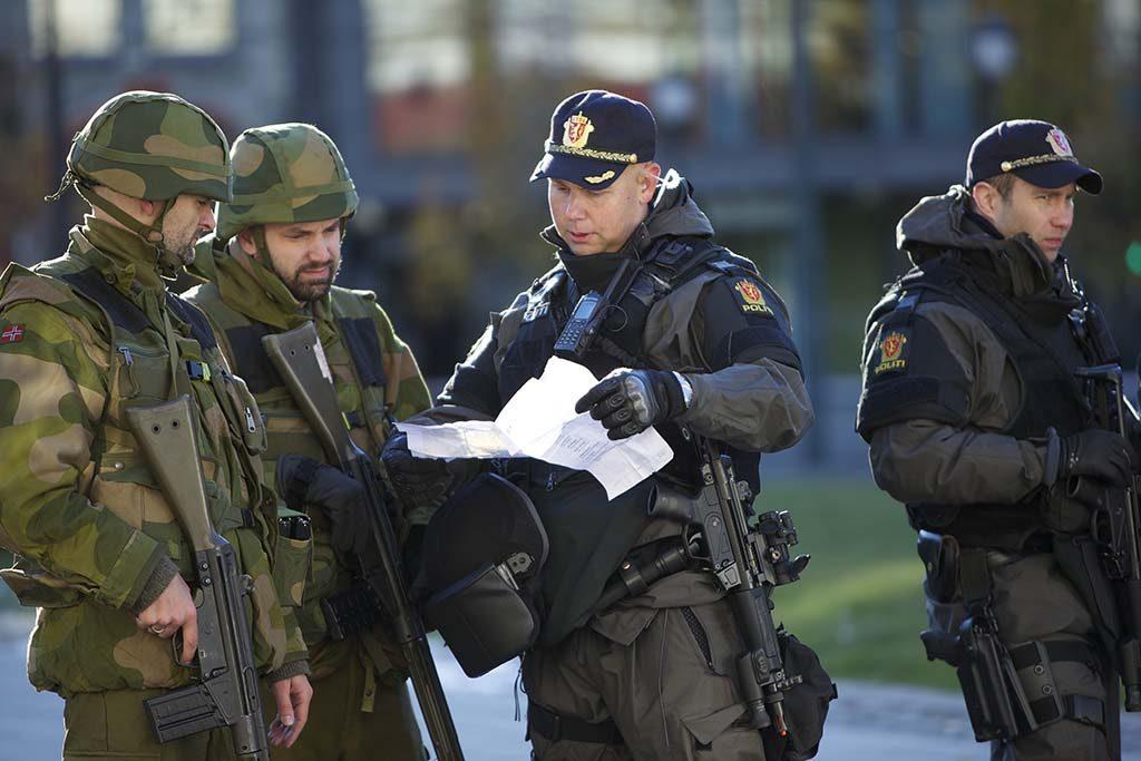 ØVELSE: Soldater fra Heimevernet samarbeider med politifolk om å holde vakt utenfor Stortinget under øvelse Tyr i 2012. Foto: TORGEIR HAUGAARD/FORSVARETS MEDIESENTER