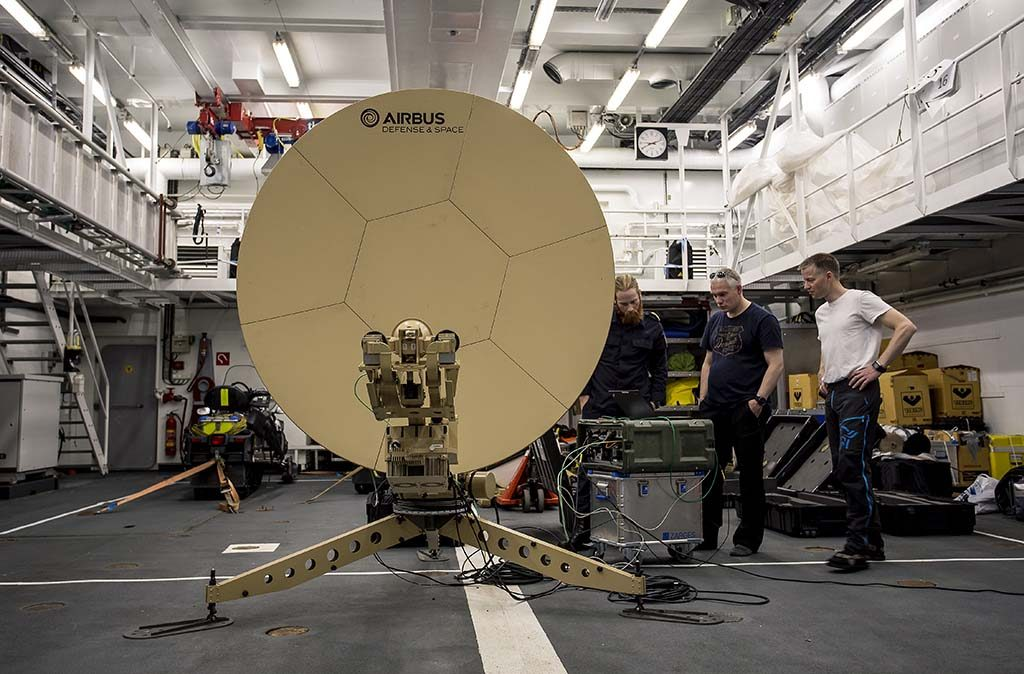 SATELLITTER: Norge vil få et enda mer høyteknologisk forsvar i fremtiden. Her tester Forsvarsmateriell bruk av inklinerte satellitter for å gi bredbånd til Forsvaret nord for Svalbard. Foto: SIMEN RUDI/FORSVARSMATERIELL/FORSVARETS MEDIESENTER