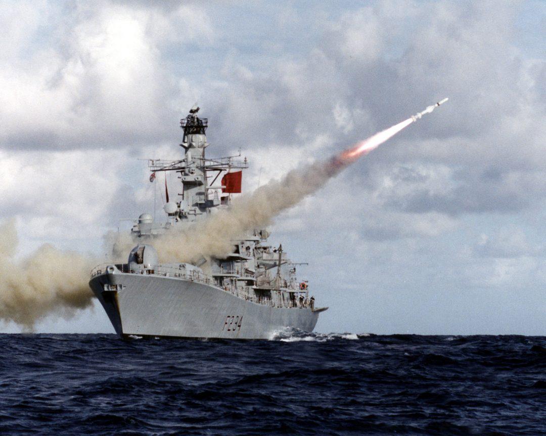 SLUTT PÅ DETTE: Harpoon-rakettene skal fases ut, og da står Royal Navy i en periode uten sjømålsmissiler. Her fyrer HMS Iron Duke av en Harpoon-rakett. Foto: GAZ WEATHERSTON