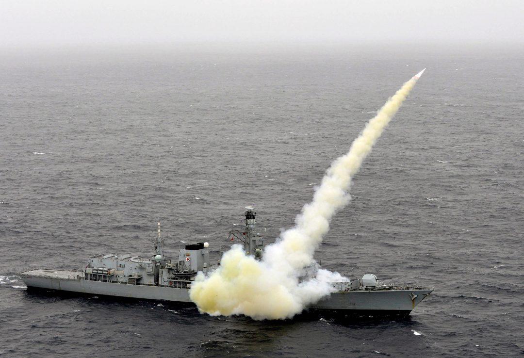 """– SOM OM NELSON HADDE KASTET KANONENE: En forsvarskilde sier til The Telegraph at det å fase ut Harpoon-rakettene blir """"som om Nelson hadde kastet kanonene og gått tilbake til musketter:"""" Her HMS Montrose. Foto: DANNY SWAIN/MOD"""