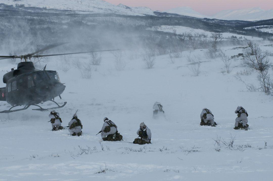 Soldater fra 2. bataljon gjør seg klar for å fly helikopter/Soldiers from 2nd battalion get ready to fly helicopter