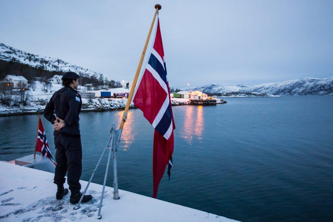 KNM Glimt på tokt i Nord-Norge februar 2015. Vernepliktig forbereder seg til flagghal i Alta.