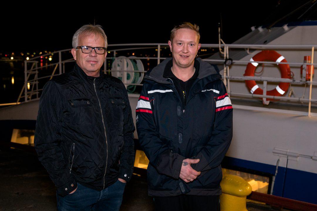 """OBSERVERTE UBÅT: De to matrosene på redningsskøyta """"UNI Helgeland"""", Bård Møller (til venstre) og Odin René Engan (til høyre), så en ubåt like utenfor Brønnøysund 22. oktober. De er sikre på at den ikke var norsk, av Ula-klassen. Foto: OLAV T. SØLA"""