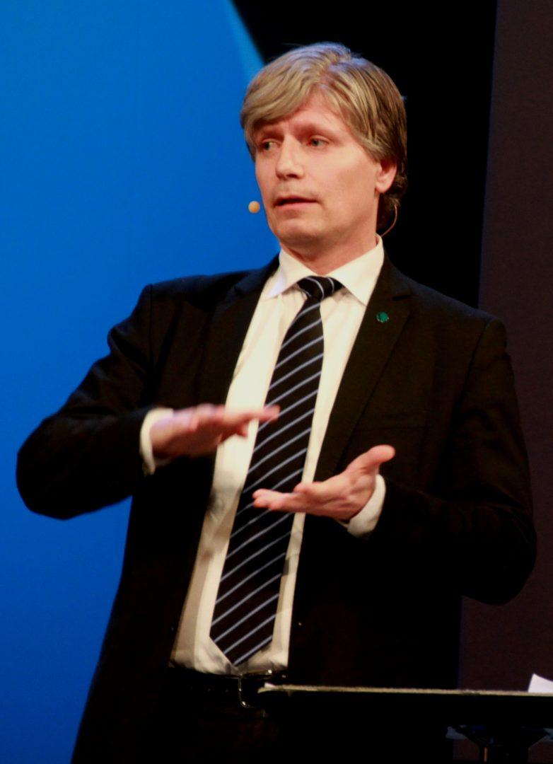 BLØFF: Venstres nestleder, Ola Elvestuen, mener Anniken Huitfeldt bløffer. Foto: BJOERTVEDT/WIKIPEDIA
